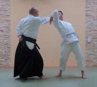 ③左魂氣が腰に結び左足腰を軸として右手足先を受けの真中に発して前方回転の成立
