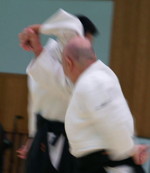 片手取り四方投げ表②右足を軸として前方回転により正面打ちへ。