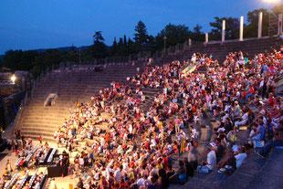 Antikes Theater mit zeitgenössischen Aufführungen