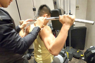 ラットプルダウン|大阪のパーソナルトレーニング「ファーストクラストレーナーズ」