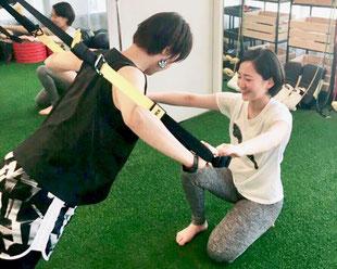 パーソナルトレーニング大阪 北浜本店(大阪市中央区)TRXでトレーニングをする女性パーソナルトレーナー