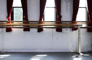 2階バレエスタジオウインドウとバー