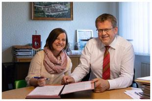 Unterzeichnung der Kooperationsvereinbarung zwischen der Gemeinde Tuntenhausen und der KiTa NANO GmbH am 24. April 2018 mit dem Bürgermeister Georg Weigl und der Trägerin Martina Hafner-Haase