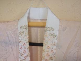 刺繍入り半衿をつけた長襦袢