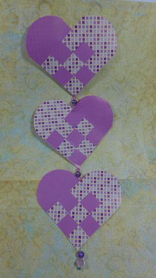 Papiergirlande aus geflochtenen Herzen