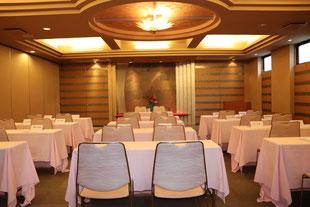 50名での会議室。スクール形式で発表会