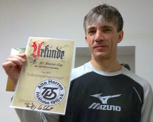 Sergej mit Urkunde