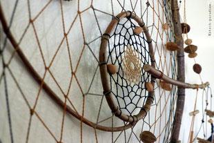 kp Kitsch-paradise artisans créateurs artiste artist créateurfrancais artisanat art bretagne  attrape-rêve dreamcatcher plumes feathers mobile suspension macramé micromacramé tissage weaving weavingart bois noisetier