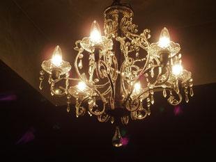 ケイプラスの施工事例〜シャンデリアでクラシカルな照明を