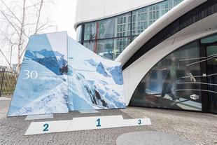 Siegerpodest, Plakatwand outdoor, Präsentationswand, Otto Bock, Ausstellung, Paralympics 2018, in Berlin