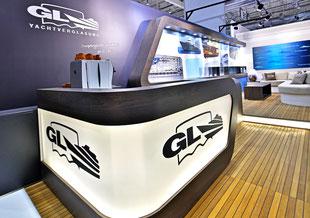 GL Yachtverglasung, Messebau, individuell, Holzboden, Schiffsboden, L Tresen beleuchtet, Messestand 3m