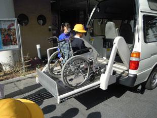 デイサービスの利用者とのふれあいや、福祉車両乗車体験などを通して、福祉について考えるきっかけづくりになるよう努めています(港区)