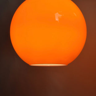 Suspension Années 70, Lampe Vintage Orange, Orange Glass Light, Suspension Design, Globe Design, Suspension Globe, Luminaire Globe, Luminaire Boule, Suspension Boule, Plafonnier Boule,, Plafonnier Globe, Globe Light, Design Insolite, Luminaire Moderniste