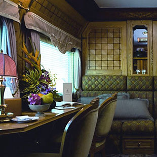 Intérieur Orient Express, Déco Cabine Orient Express, Déco Orient Express, Décoration Velours, Déco Vert, Déco Ocre, Banquette Capitonnée, Suite Présidentielle, Art de Vivre, Art de Voyager, Voyager Luxe