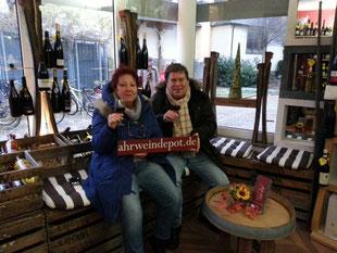 Die Sitzgelegenheiten am Schaufenster im Ahrweindepot bietet Ihnen die wärmende Gelegenheit, um sich auf dem Weihnachtsmarkt in Ahrweiler mit einem Glühwein aufzuwärmen.