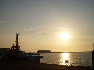 今日の直江津港。日の入りが、だいぶ遅くなってきました