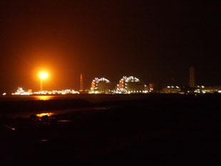 今日の帰り道。火力発電所の炎も風にあおられていました