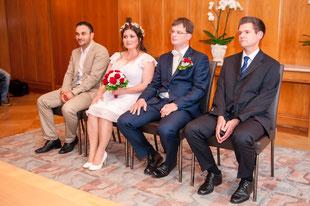 Brautpaar mit Trauzeugen im Standesamt-Saal