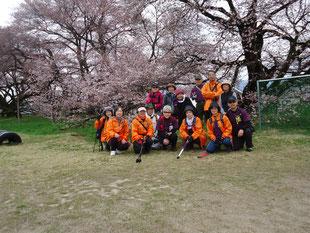 高森南小学校「日本一の学校桜」の前で、パチリ!!