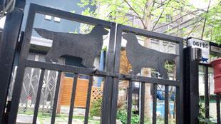 鉄板を切り抜いて作った門扉です。