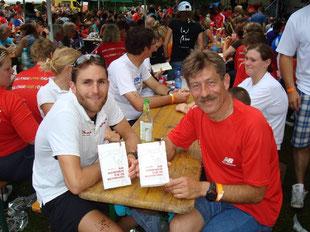 """09. Juli 2011: Faris signiert """"So kommen Sie in Schwung"""" bei der Junior Challenge in Roth. Rechts Bernhard Nuss von Never Walk Alone."""