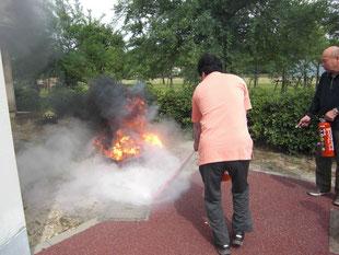 激しく燃える炎を消火!