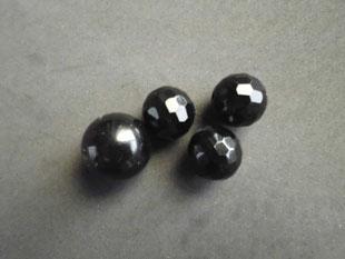 Schwarzer Onyx, teilweise vollfacettiert