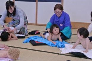 2歳児7組の親子が参加されました!はじめはおっかなびっくりのお子さんたちもママの優しいスキンタッチが気持ちよくてマッタリムードに!笑顔がいいです!!