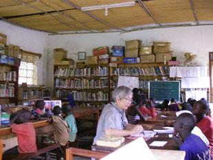 来年度から支援予定の子ども達(13歳2名11歳1名等)に編入テストに備えての勉強を見るGum氏。