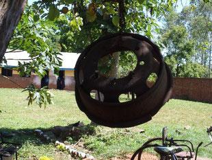 木にぶら下げられたトラックのタイヤホイール。ハンマーでがんがん叩くと休憩&給食時間はじまりの合図