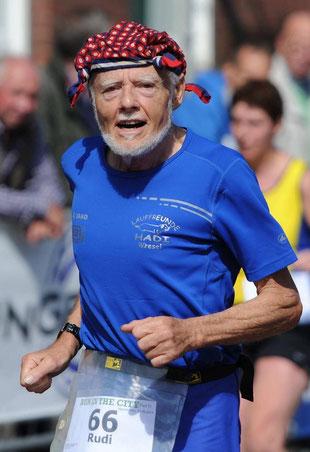 Rudi Häuser geht mit 81 Jahren noch auf die Laufstrecken der Region. FOTO: Markus Joosten