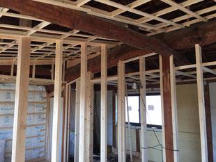 丸太梁に沿っての天井・壁施工 匠の技