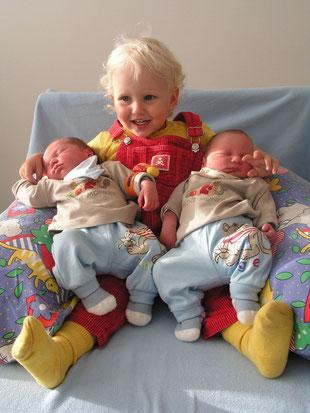 eine stolze Schwester mit ihren Zwillingsbuben