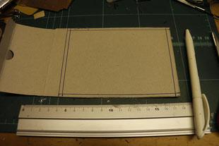 Als nächstes kommt die Decke zwischen den Stockwerken an die Reihe. Mit einem Stück dünnen Karton kann man das ganze prima realisieren.