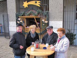 Punsch vor der Kirche als Alternative zum Kaffeehaus im Pfarrsaal. Foto vom ersten Adventsonntag 2015.