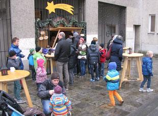 Für Kinder gibt es den Kinderpunsch, Foto vom ersten Adventsonntag nach der Messe.