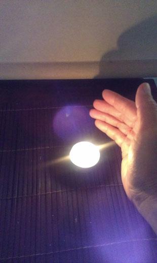 愛の光、霊気のエネルギーがろうそくの光に共鳴し始めます。