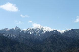 残雪の宮之浦岳を太鼓岩から望む(白谷雲水峡ガイドツアー)