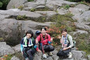女友達とサツキを背景に記念撮影(白谷雲水峡・早朝ガイドツアー)