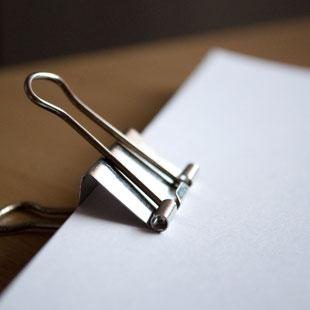 Ein Klemmbrett mit Papier
