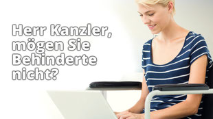 """Frau im Rollstuhl. Daneben ein Schriftzug """"Herr Kanzler, mögen Sie Behinderte nicht?"""""""