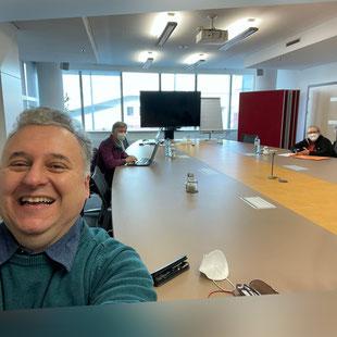 Handyfoto: Ingo Hackl und Team während einer Sitzung
