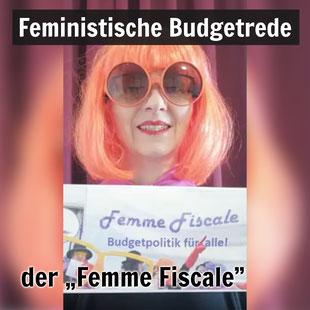 """""""Femme Fiscale"""" Elisabeth Klatzer mit Schild: Budgetpolitik für alle"""