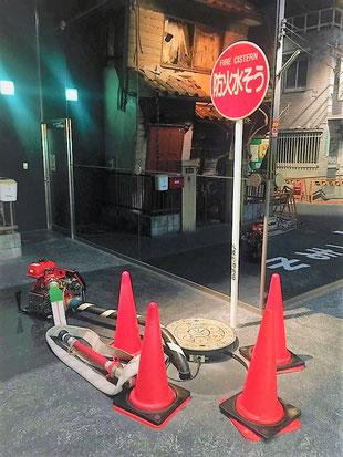 防火水槽から採水する動力消防ポンプ