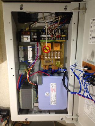 端子台や蓄電池のある本体内器