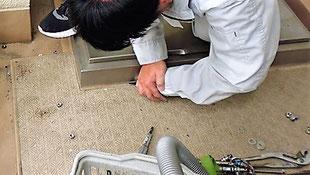 既存品の接着部分を切る 避難ハッチ
