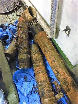 撤去した配管とフート弁は酷く腐食