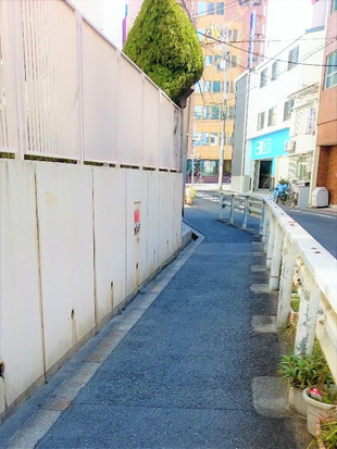 送水口は歩道に面する位置
