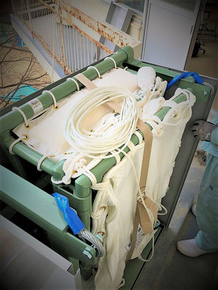 斜降式救助袋の砂袋は分かりやすい位置