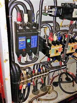 制御盤の中には動力200Vの電源